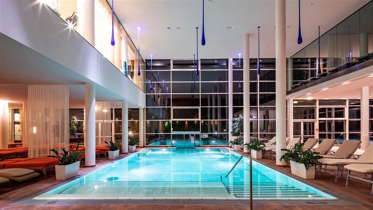Spa Resort Styria_Indoor-Pool bei Nacht